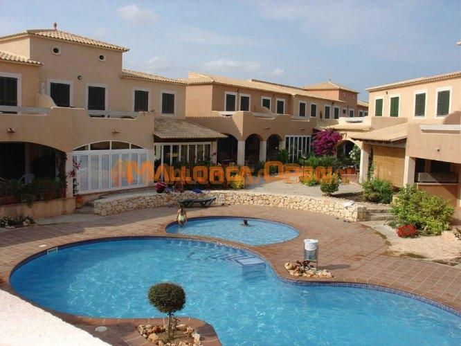 Se alquila bonito adosado en Cala Mandia con piscina comunitaria